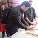 Arish fabrique des croissants