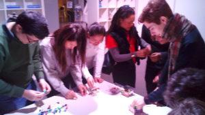 Les étudiants construisent des robots avec des Lego