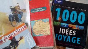 """1000 idées de voyages, un guide à consulter au café """"Sur les pas de la petite botte"""""""