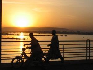 Coucher de soleil sur un pont à Bamako