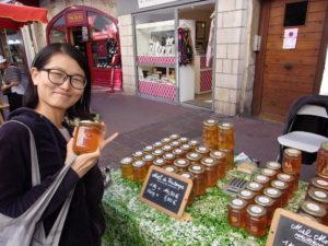 Kiki achète du miel